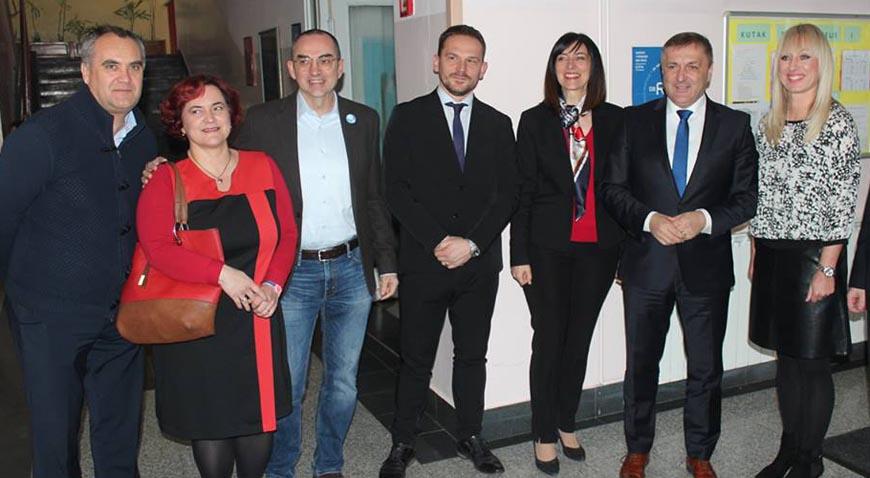 Ministrica Divjak posjetila OŠ Eugena Kvaternika koja je uključena u projekt ProMikro