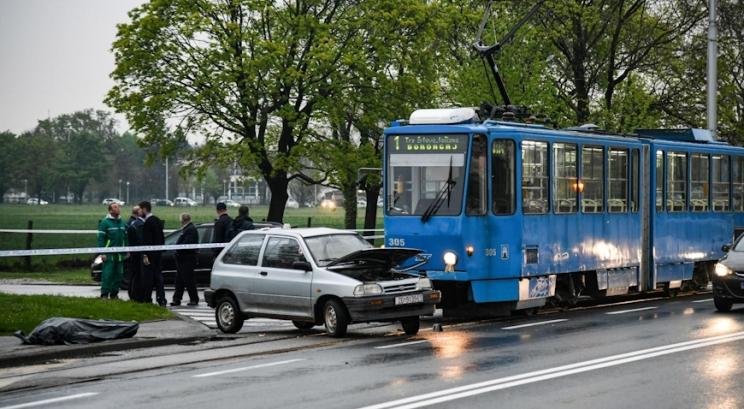 U prometnoj nesreći automobila i tramvaja smrtno stradala jedna osoba