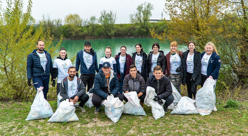 FOTO: 150 Velikogoričana čistilo obale jezera