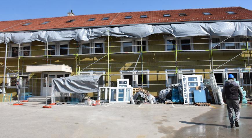 FOTO: Zgrada gradske uprave do sredine svibnja zasjat će u novom ruhu