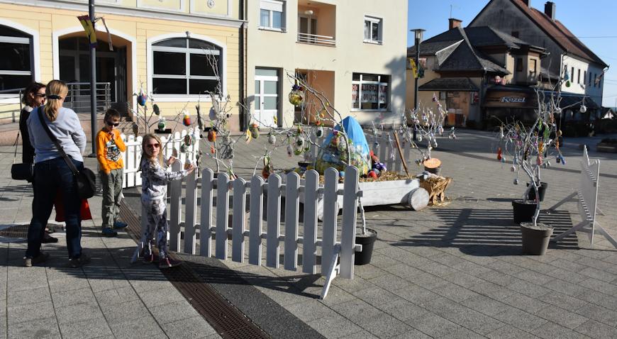 FOTO: Uskršnjim ukrasima na vrbovečkom trgu najviše su se obradovali najmlađi