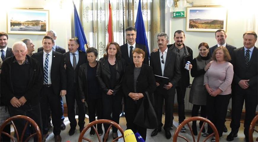 Plenković uručio ključeve novih domova obiteljima iz Hrvatske Kostajnice čija je imovina stradala zbog klizišta