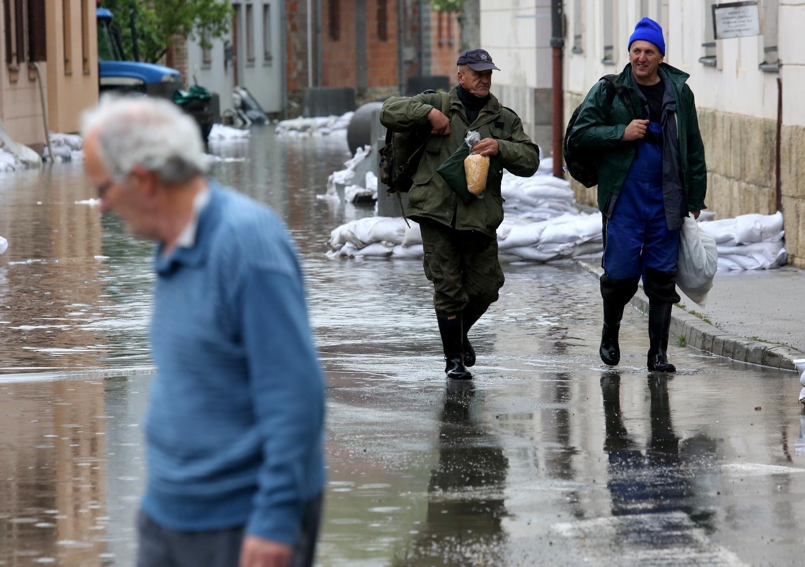 VIDEO: U Hrvatskoj Kostajnici nastavlja se borba s nabujalom Unom