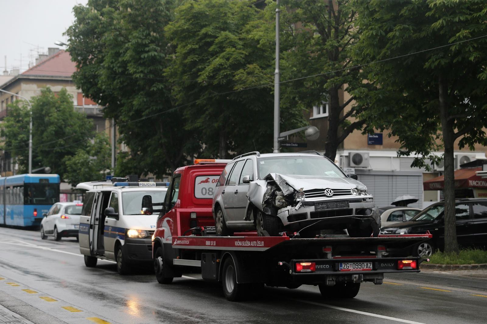 U Maksimirskoj ulici automobilom se zabio u rasvjetni stup