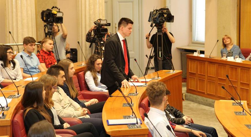 """Srednjoškolci iz 23 škole na simuliranoj sjednici raspravljaju """"Zakon o ugostiteljskoj djelatnosti"""