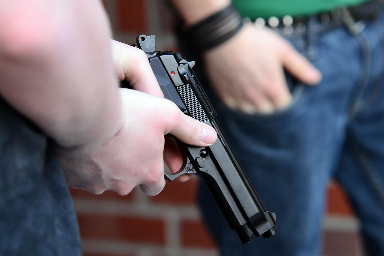Maskirani kradljivac oružjem zaprijetio prodavačici