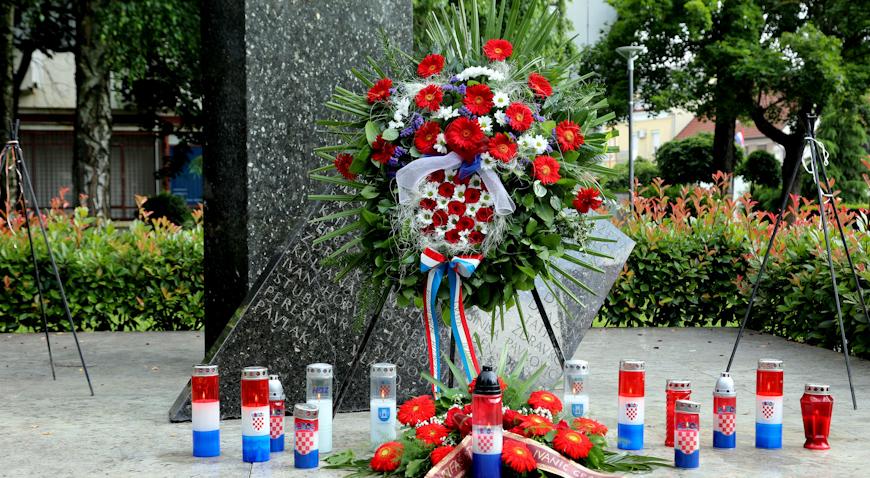 FOTO: Polaganjem vijenaca i paljenjem svijeća u Ivanić-Gradu obilježen Dan državnosti