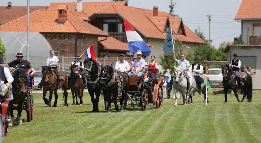 FOTO: 20 konjskih zaprega prošlo Kloštrom