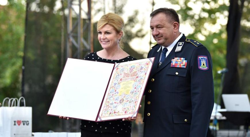 FOTO: Predsjednica Kolinda Grabar-Kitarović uručila Povelju Republike Hrvatske DVD Hrašće