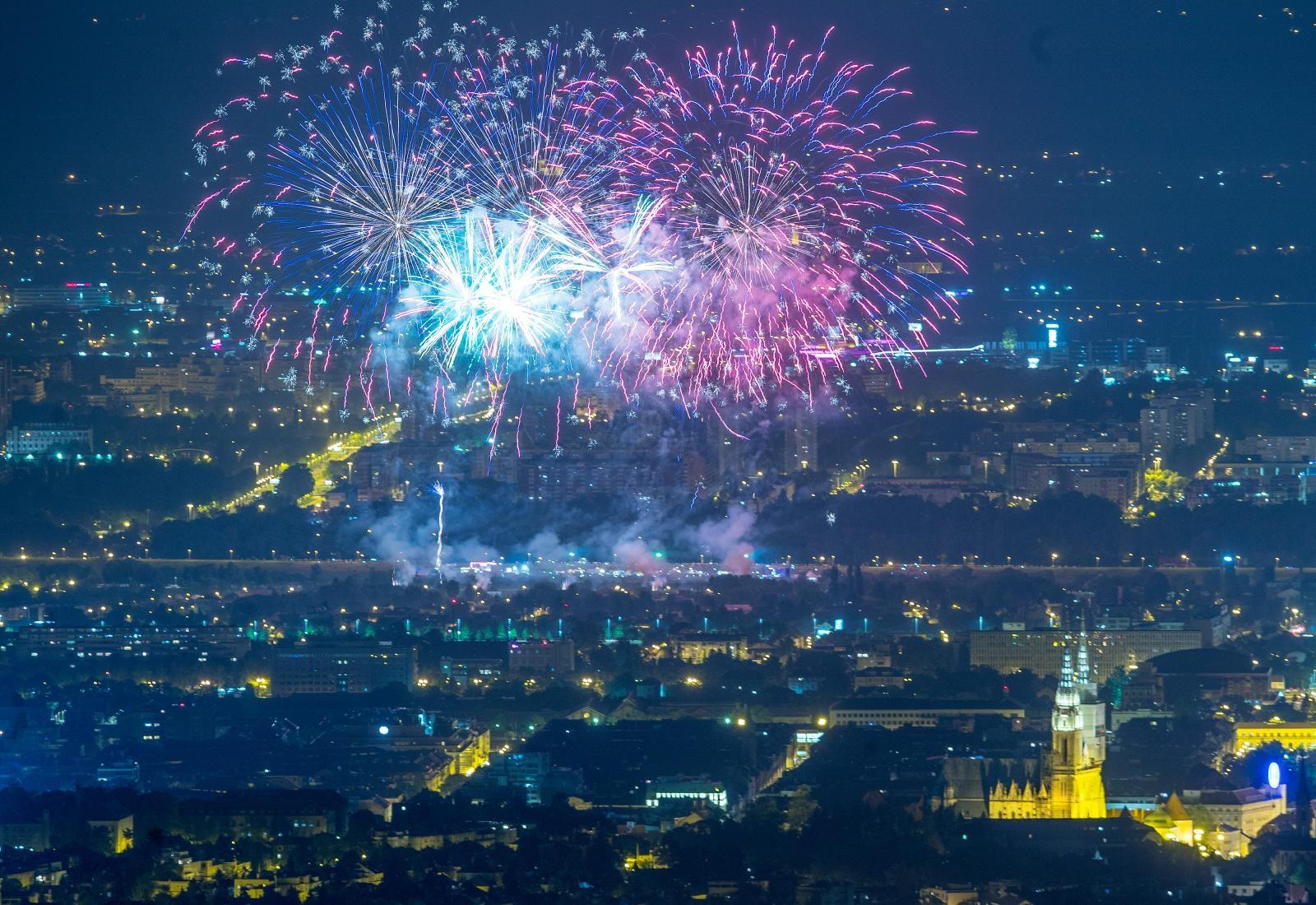 VIDEO: Svjetlosnim spektaklom nizozemskog Heron Fireworksa otvoren 19. Festival vatrometa