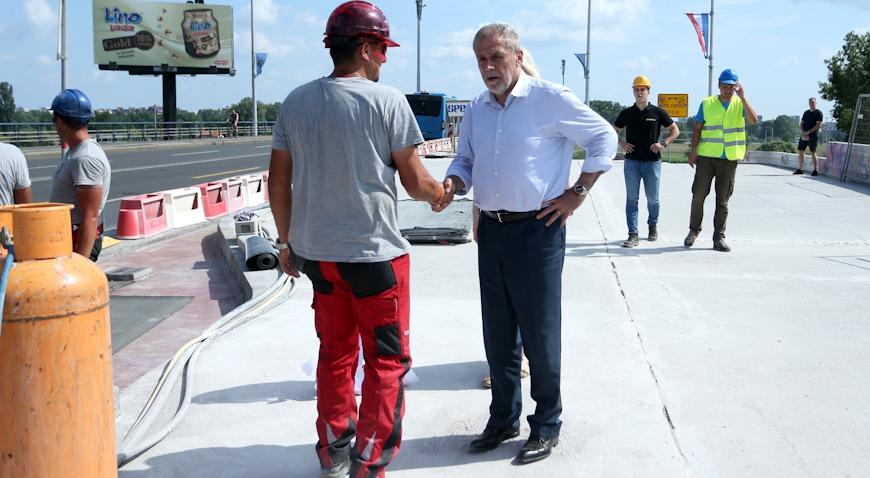 FOTO: Bandić obišao radnike na Mostu slobode i počastio ih ćevapima