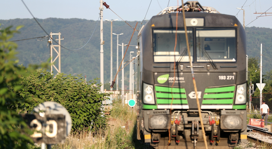 U bliskom susretu vlaka i radnog stroja u Zaprešiću nastala velika materijalna šteta