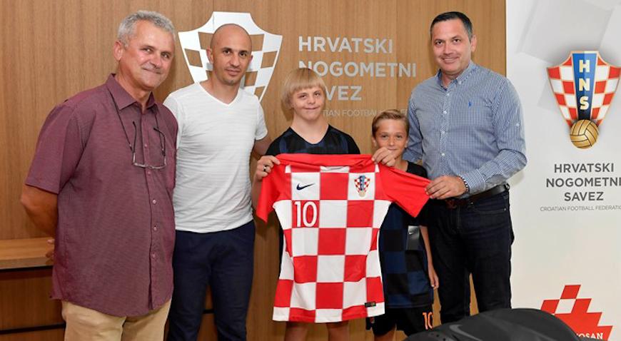 Petru Brckoviću HNS uručio dres Luke Modrića