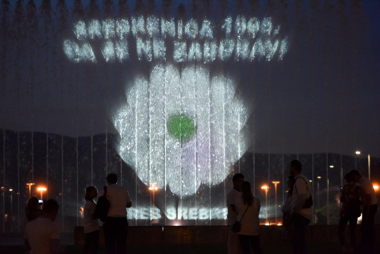 VIDEO: Cvijet Sjećanja zasjao na zagrebačkim fontanama