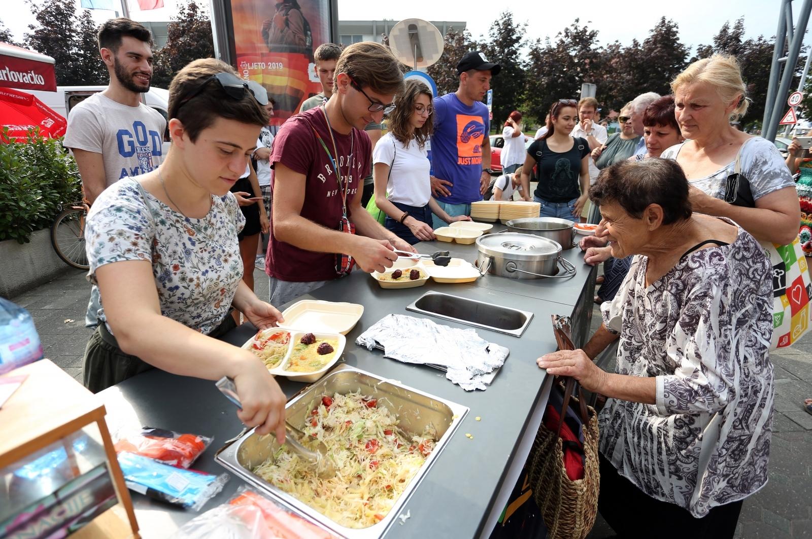 VIDEO: U Karlovcu podijeljeno 250 veganskih obroka
