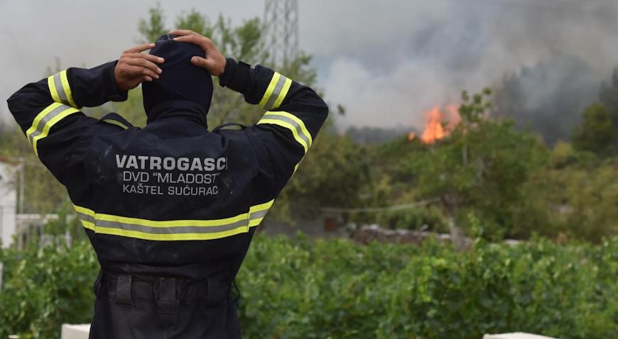 FOTO: Požar u šibenskom zaleđu pod kontrolom
