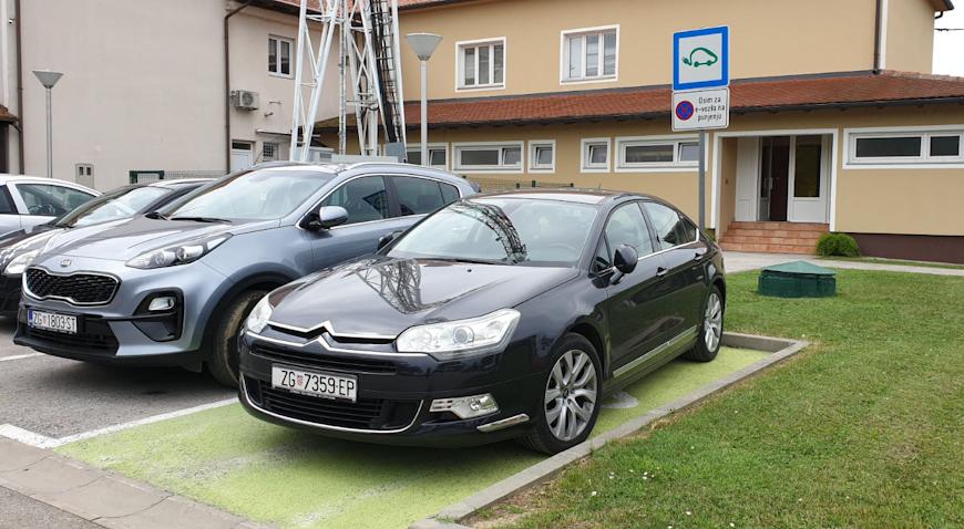 Gradski automobil gradonačelnik Kralj parkirao na mjesto e-punionice