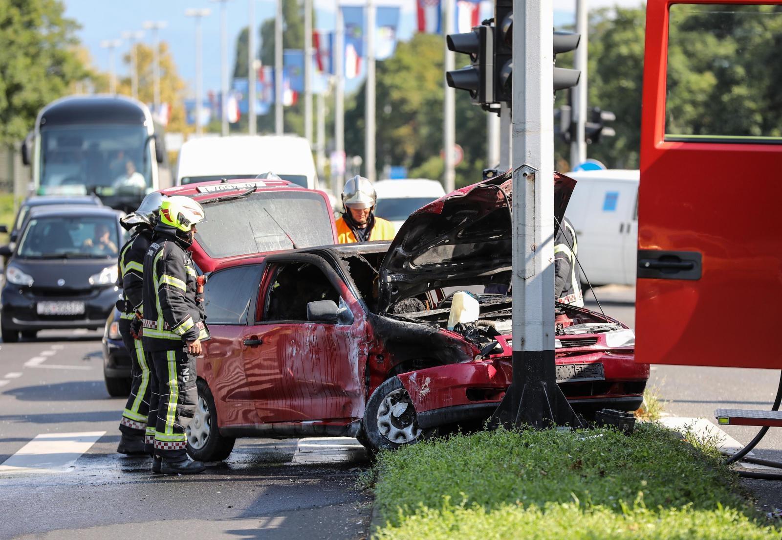 VIDEO: TEŠKA PROMETNA NESREĆA U DUGAVAMA – Uslijed sudara planuo automobil