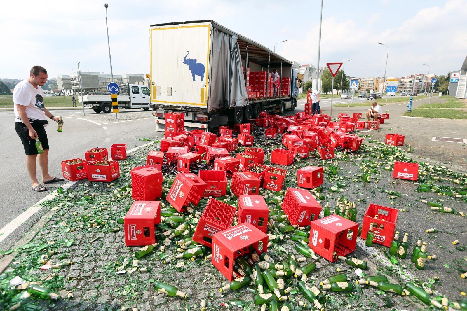 VIDEO: BOLAN PRIZOR ZA SVAKOG PIVOLJUPCA – prilikom transporta iz kamiona ispalo 70-tak gajbi piva