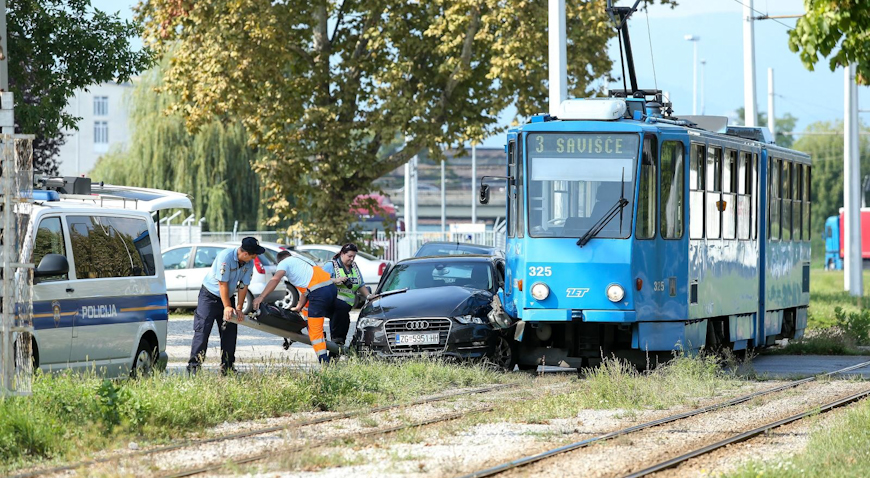 FOTO: Sudar auta i tramvaja – Audi u potpunosti uništen