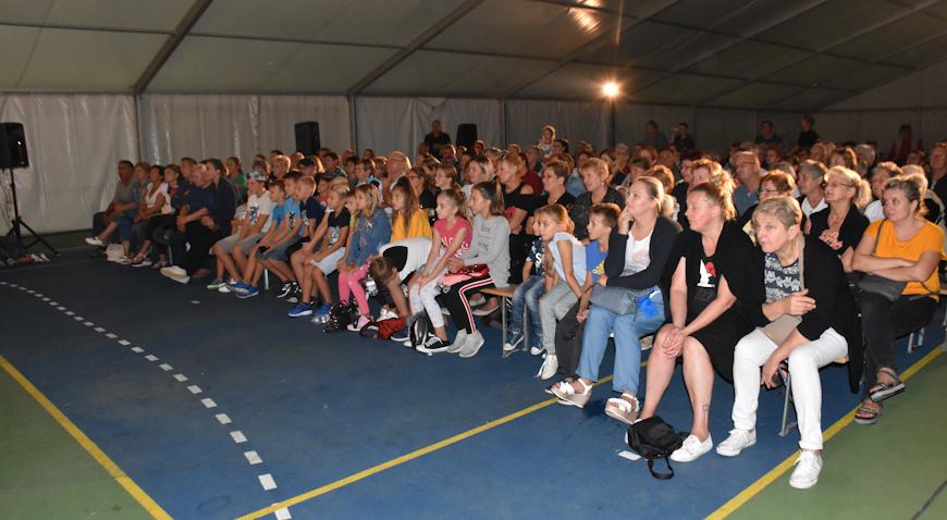 """FOTO: Brojni Rugvičani nasmijali se uz predstavu """"Hudi beteg"""""""