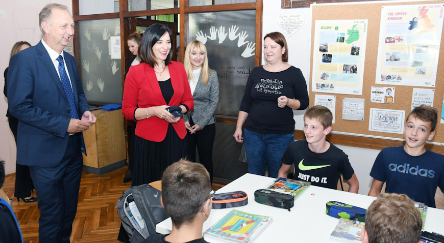 Učitelji i učenici dobivaju opremu u sklopu projekta e-Škole