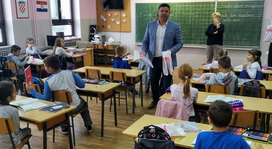 Načelnik Vujica prigodnim poklonima iznenadio učenike