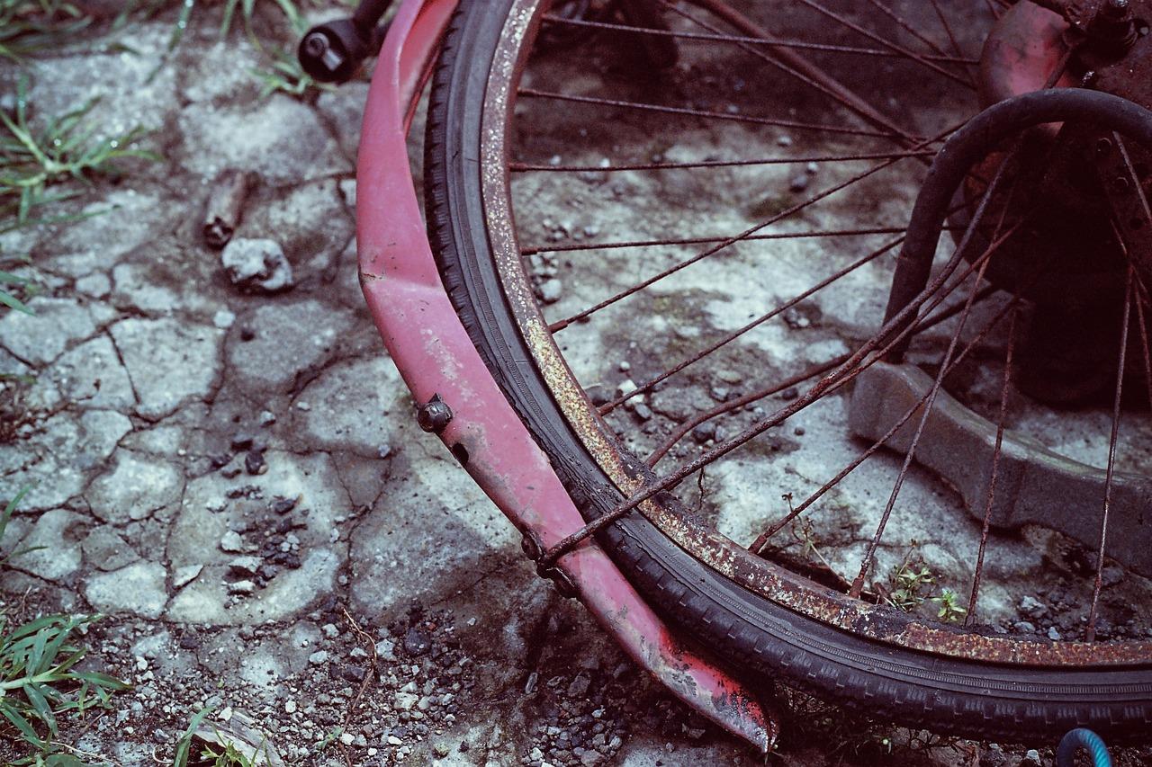 Biciklist se premišljao usred raskrižja i izazvao prometnu nesreću