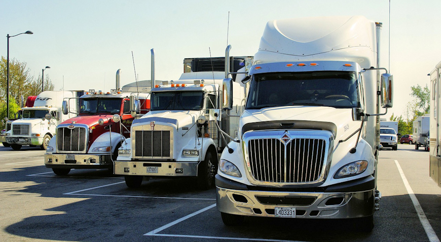 Pijani vozač kamionom naletio na parkirano vozilo