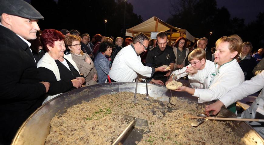 VIDEO: Na Gljivarskoj večeri pripremljen omlet od tisuću jaja