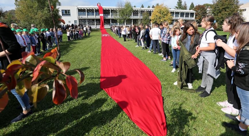 VIDEO: Školu u Bregani krasi kravata od 100 metara