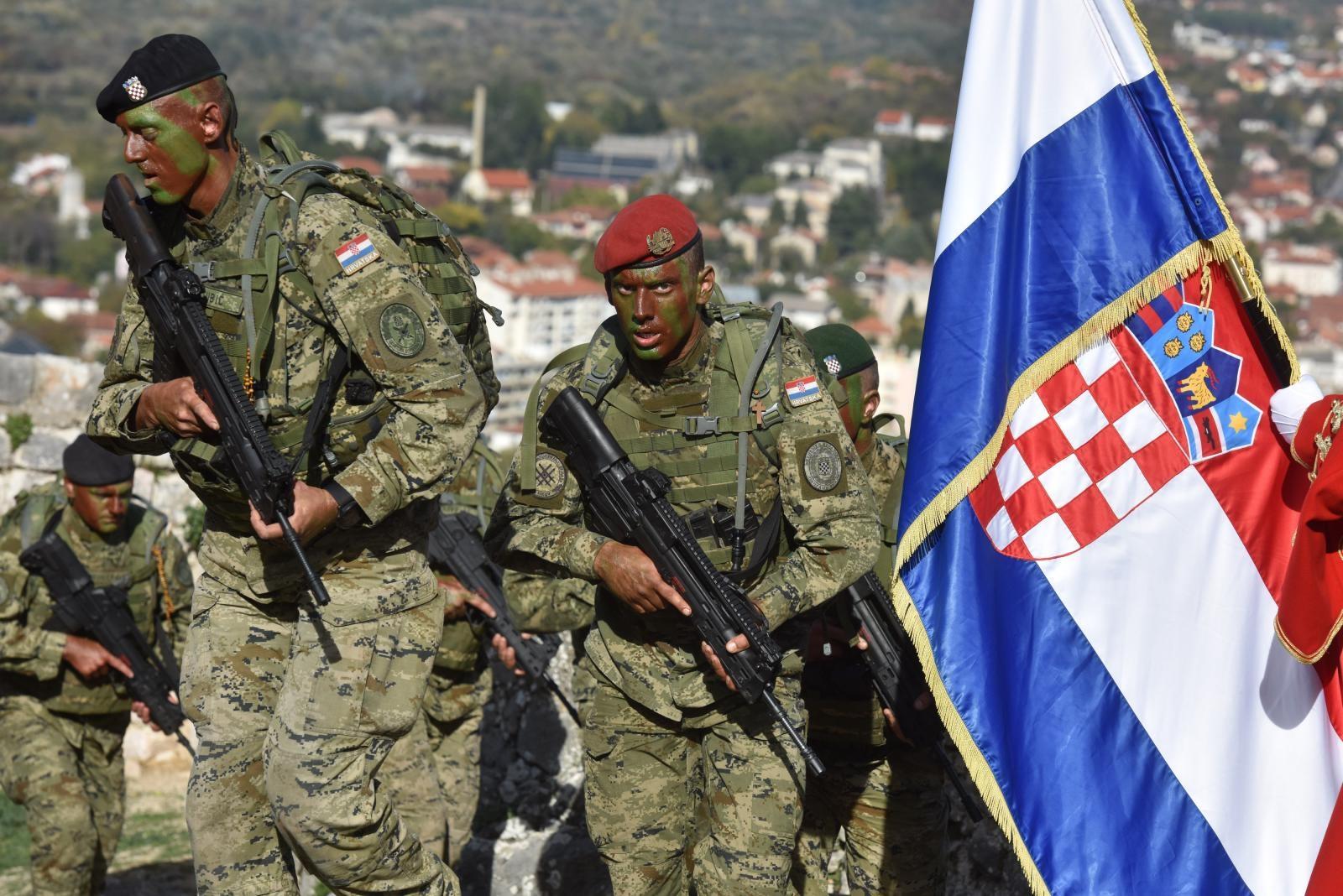 VIDEO: Na kninskoj tvrđavi dodijeljene značke i diplome novim vođama Hrvatske vojske