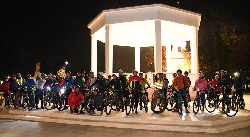 Članovi biciklističkog kluba u Bjelovaru proslavili Halloween noćnom vožnjom