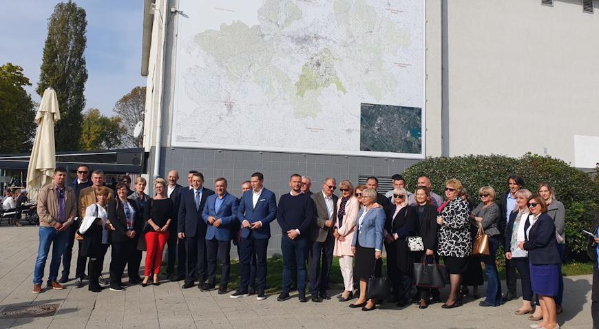 FOTO: Pročelje POU Velika Gorica krasi veliki kartozid