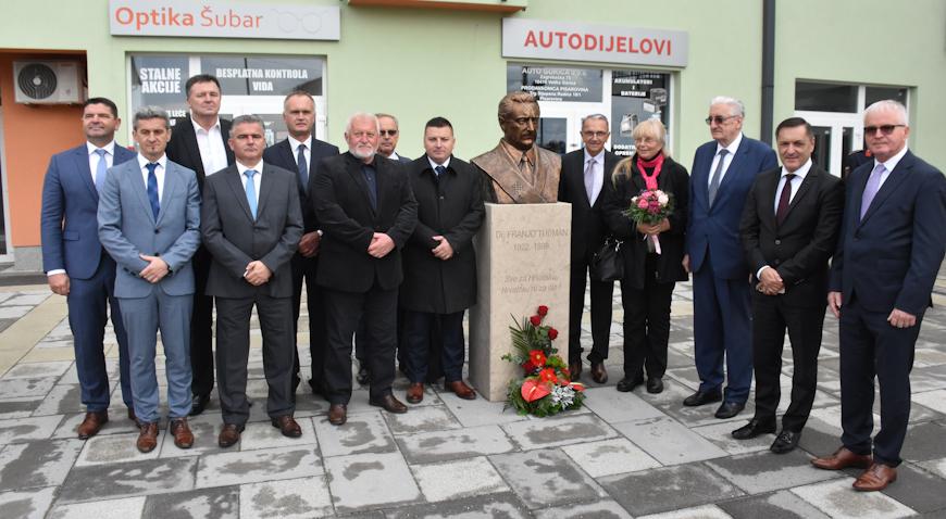 FOTO: Pisarovina dobila Trg hrvatskih velikana koji krase biste trojice velikana