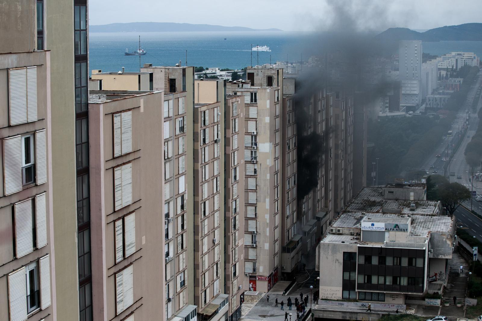 POŽAR U SPLITU – Vatra guta stanove u Papandopulovoj ulici, ozlijeđene četiri osobe