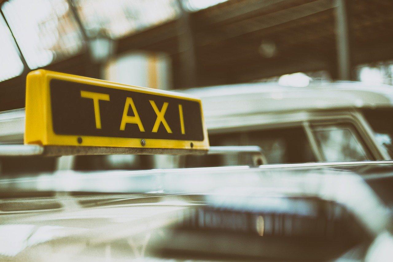 Zaprijetili taksistu oštrim predmetom i ukrali mu više stotina kuna