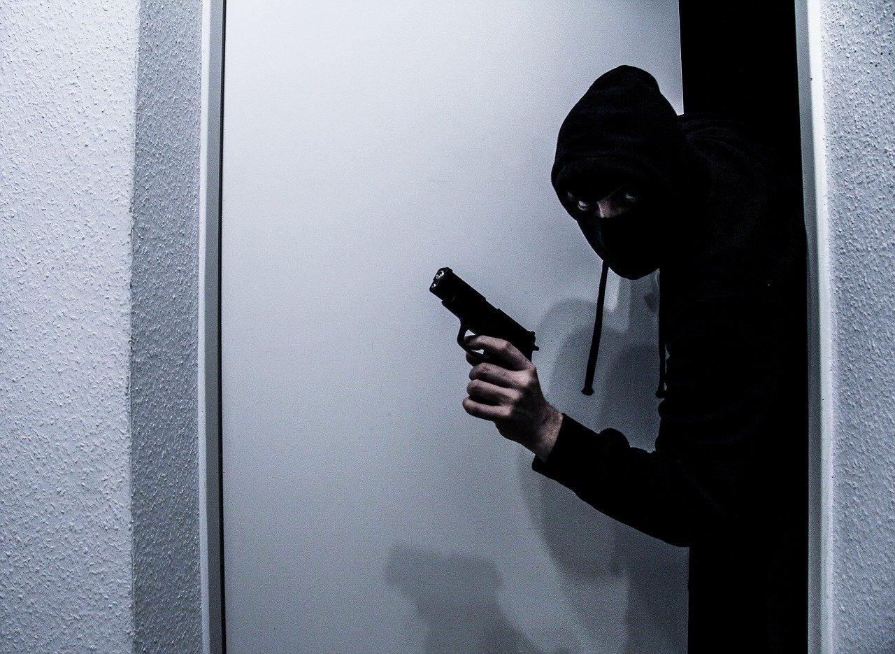 RAZBOJNIŠTVO NA TREŠNJEVCI – Maskirani lopov zaposlenicama prijetio vatrenim oružjem