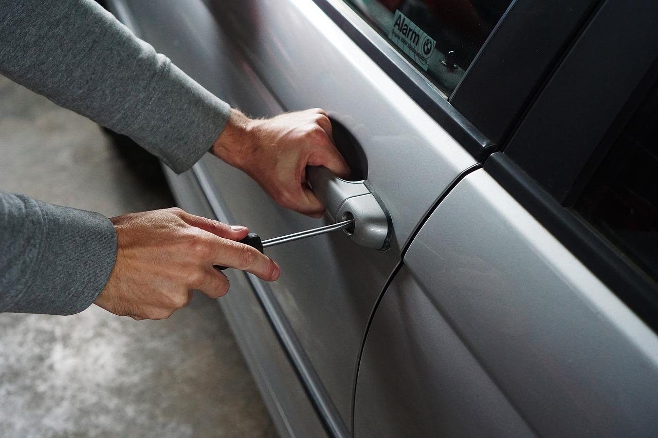 19-godišnjak pokušao otuđiti novac i uređaje iz parkiranog vozila – u krađi ga zatekao vlasnik