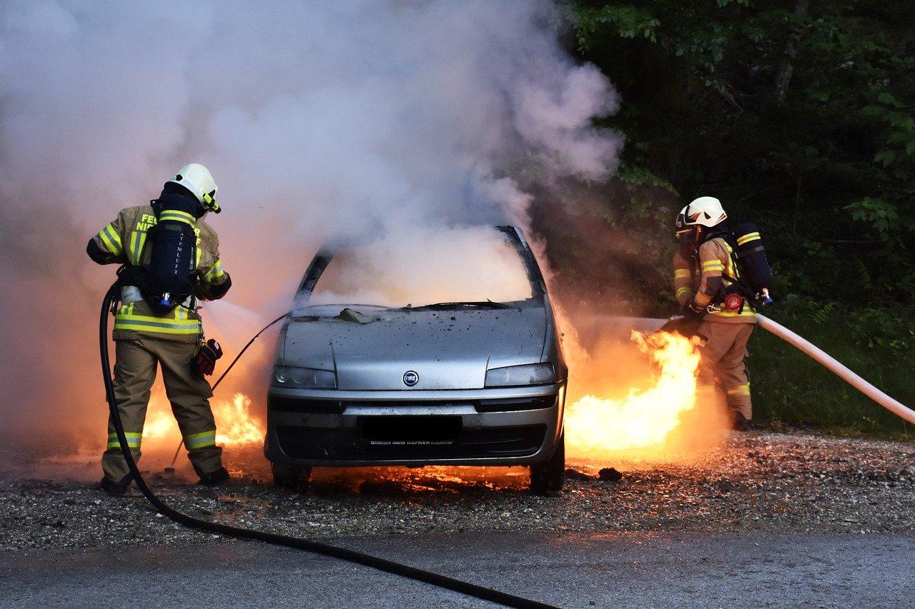 Nezadovoljni poslovanjem zapalili dva automobila 60-godišnjeg suradnika