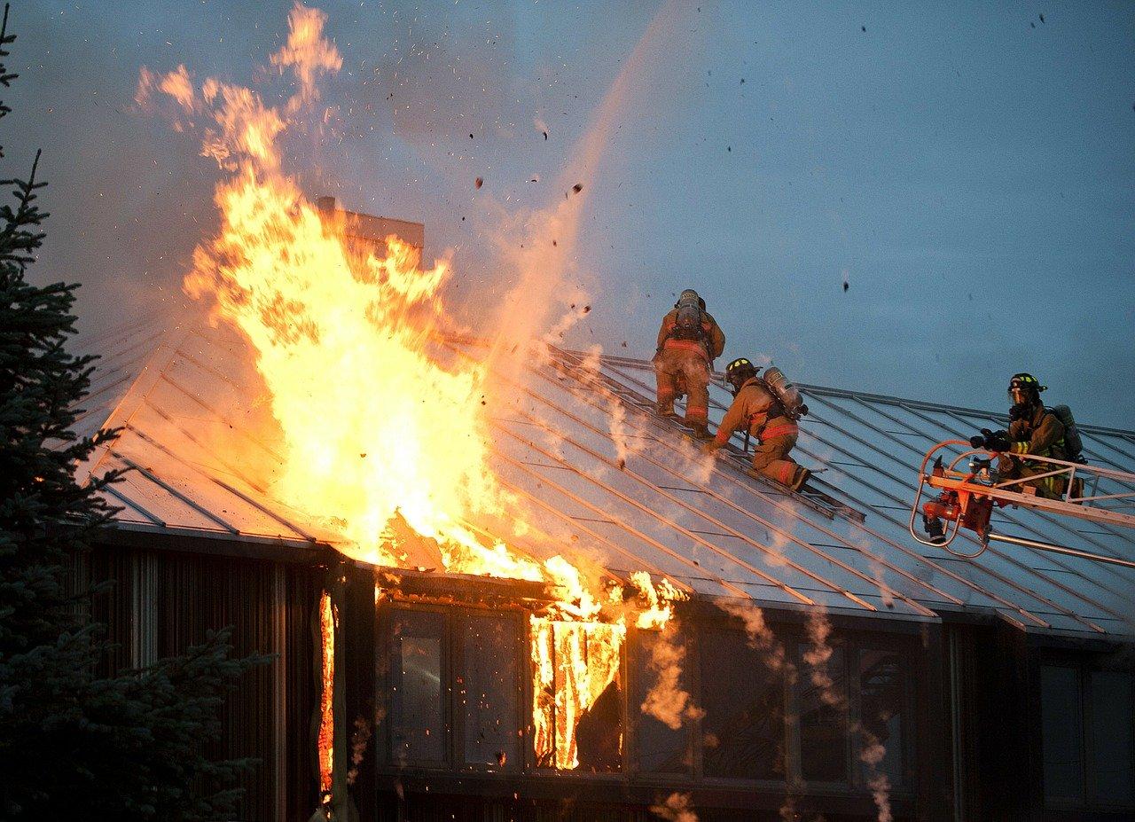 POŽAR U DUBRAVI – Vatra progutala krov obiteljske kuće