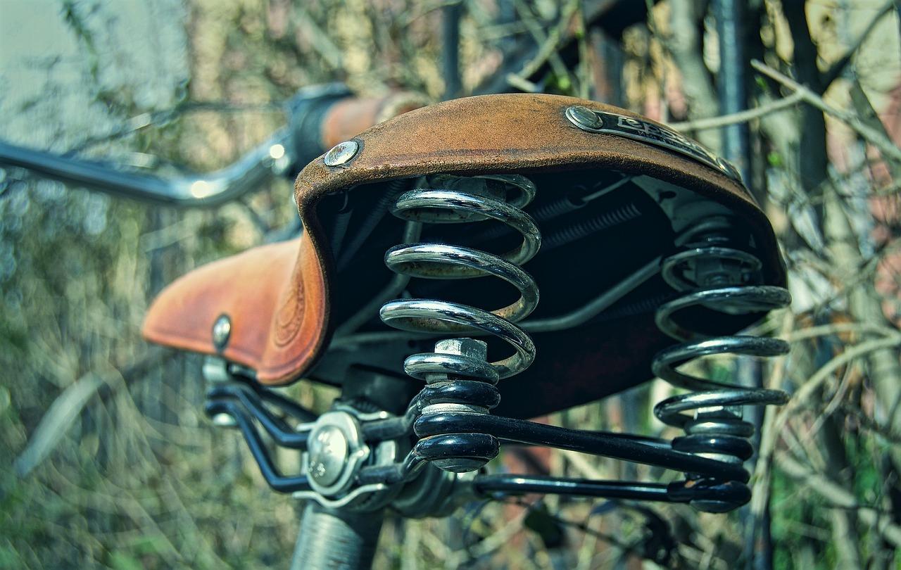 Biciklist naletio na parkirano vozilo i zadobio teške tjelesne ozljede