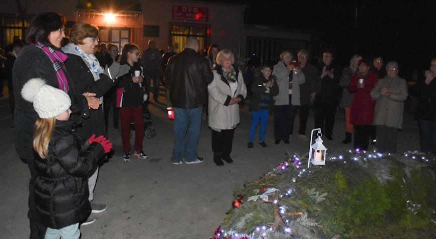 FOTO: Paljenjem svijeća u Oborovu i Hrušćici najavljen Prosinac u Rugvici