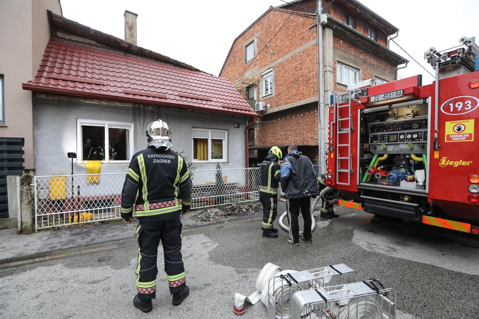 U obiteljskoj kući na Srednjacima puknuo dimnjak i zapalio strop
