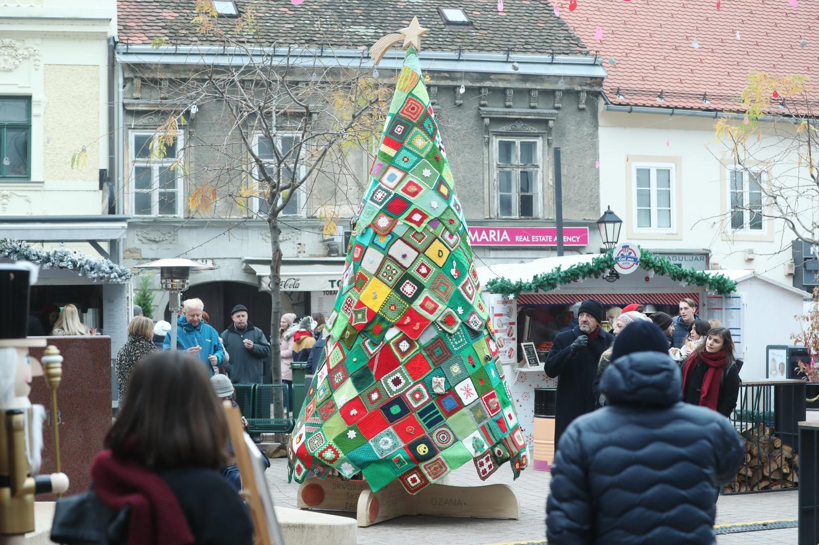 VIDEO: Na Europskom trgu otkriveno božićno drvce ljubavi i zajedništva