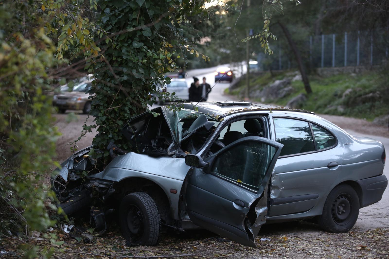 TRAGEDIJA U SPLITU – Vozač se zabio u stablo i poginuo