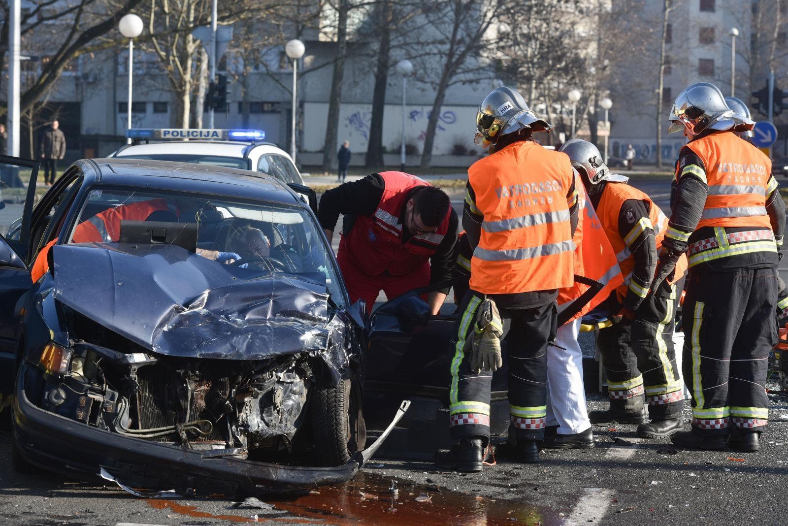 SUDAR NA SLOBOŠTINI – Vatrogasci izvlačili unesrećene, ozlijeđene dvije osobe
